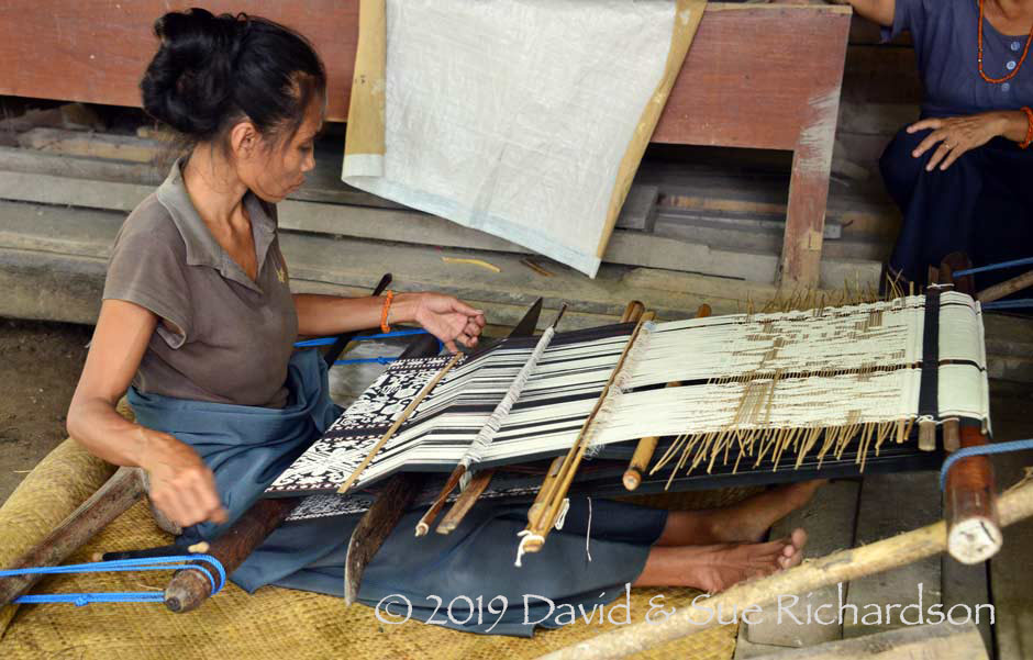 Description: Weaving pahikung in East Sumba